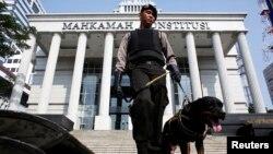 Polisi menjaga gedung Mahkamah Konstitusi di Jakarta. (Foto: Dok)