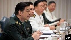 Bộ trưởng Quốc phòng Trung Quốc trong một cuộc họp với Bộ trưởng Quốc phòng Mỹ tại Ngũ Giác Ðài, 19 tháng 8, 2013.