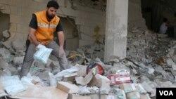 ພະນັກງານຊ່ອຍເຫຼືອຂອງສະພາກາແດງ ກວດສອບເຄື່ອງ ຂອງການແພດ ຫຼັງຈາກທີ່ຖືກໂຈມຕີທາງອາກາດ ຕໍ່ສູນການ ແພດ ທີ່ໝັ້ນຂອງກຸຸ່ມຕໍ່ຕ້ານ ລັດຖະບານຊີເຣຍ ຢູ່ໃນເຂດຄຸ້ມ Tariq al-Bab ຂອງ Aleppo, ຊີເຣຍ, ວັນທີ 30 ເມສາ 2016.