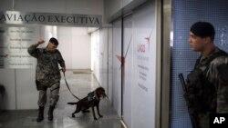 Polisi khusus Brazil melakukan pengamanan ketat di bandara Rio de Janeiro, Brazil (foto: dok).