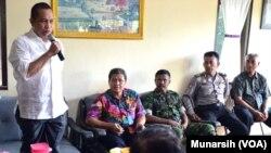 Menteri Desa, Pembangunan Desa Tertinggal dan Transmigrasi, Marwan Jafar (berdiri berbaju putih) di rumah Kepala Desa Margodadi Sleman, Yogyakarta (Foto: VOA/Munarsih).