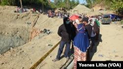 Kerumunan warga yang menyaksikan kegiatan pencarian korban dari peristiwa longsornya penambangan emas tanpa izin di Desa Buranga, Kabupaten Parigi Moutong, Sulawesi Tengah, Kamis, 25 Februari 2021. (Foto: Yoanes Litha/VOA)