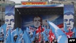 """Nhóm thanh niên """"Nashi"""" ủng hộ Kremlin tụ tập ở trung tâm Moscow để ăn mừng chiến thắng của Đảng Nước Nga Đoàn Kết trong cuộc bầu cử quốc hội, 05/12/2011"""
