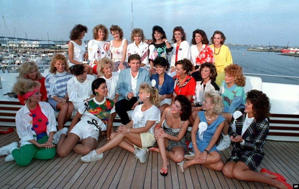 1988年9月4日,川普在他的遊艇上同選美比賽的各州小姐合影