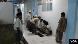 Pendataan pengungsi Syiah Sampang Setibanya di Rumah Susun Jemundo, Sidoharjo. (VOA/Petrus Riski)