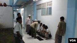 Pendataan pengungsi Syiah Sampang setibanya di Rumah Susun Jemundo, Sidoarjo, tempat mereka direlokasi secara paksa. (VOA/Petrus Riski)