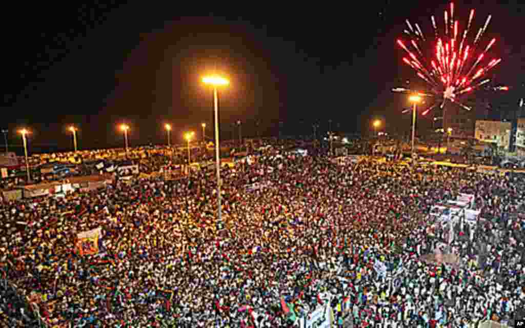 2011年8月22日,利比亚民众在班加西法院附近集会,燃放烟花,庆祝反政府武装进入的黎波里。随着卡扎菲军队的瓦解,喜气洋洋的反政府士兵涌入的黎波里市中心。民众走上街头庆祝,并撕掉利比亚领导人的大幅肖像。(Reuters)