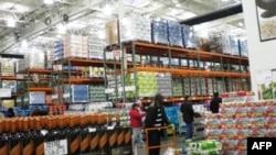 Khách hàng vào Costco có thể mua đủ loại tạp hóa, rồi thức ăn, quần áo, nữ trang, và cả hàng điện tử với giá hạ hơn