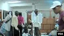 Penderita kolera di Haiti antri untuk mendapatkan perawatan di rumah sakit setempat.