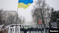 ພວກພະນັກງານກະຊວງພາຍໃນ ທີ່ກຸງ Kyiv ຕັນຖະໜົນໄວ້ ບໍ່ໃຫ້ພວກປະທ້ວງ ເຂົ້າໄປໃກ້, ວັນທີ 9 ທັນວາ 2013.