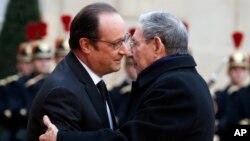 Le président français François Hollande, à gauche, reçoit le leader cubain Raul Castro à l'Elysée, à Paris, France, 1er février 2016.