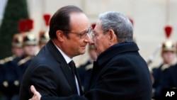 프랑스를 국빈방문한 라울 카스트로 국가평의회 의장(오른쪽)이 1일 파리 엘리제 궁에서 프랑수아 올랑드 프랑스 대통령과 만나 포옹하고 있다.