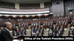 ترک صدر ایردوان اپنی جماعت 'آق' پارٹی کے نومنتخب ارکانِ پارلیمان سے خطاب کر رہے ہیں۔