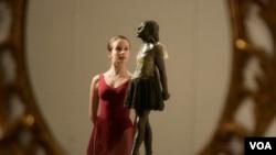 El precio de la escultura aumenta debido a que hay muy pocas copias de la figura en manos de coleccionistas privados.