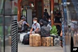 Para penumpang menunggu kedatangan bus untuk mudik di terminal bus Kalideres, Jakarta, Rabu, 5 Mei 2021.