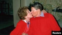 Hoton tsohon shugaban Amurka Ronald Reagan da uwargidansa Nancy Reagan, wacce ta mutu Lahadin nan.