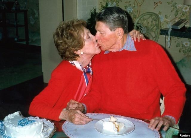Một bức ảnh chụp hai vợ chồng Reagan vào năm 2000 nhân dịp sinh nhật lần thứ 89 của cựu thổng thống.