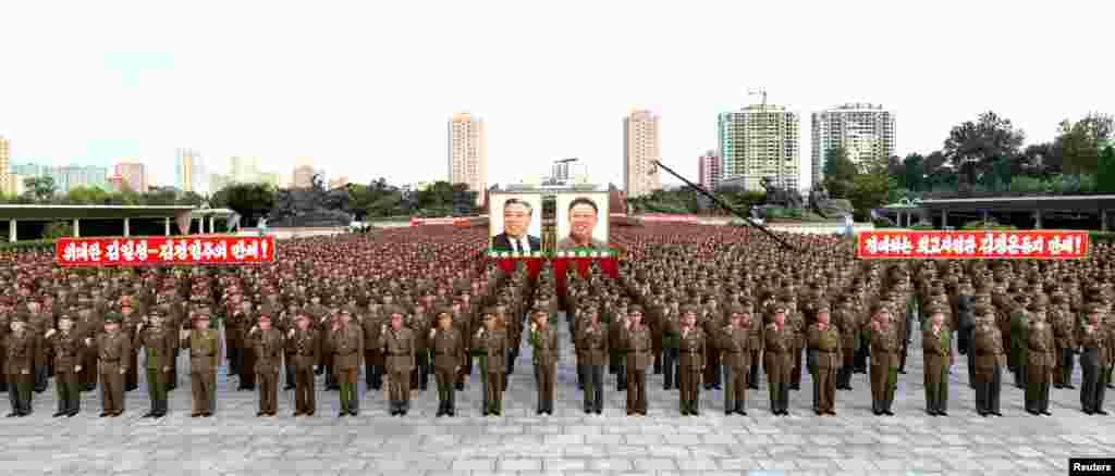 朝鲜中央通讯社(KCNA)2017年8月11日发布的这张照片显示, 在平壤,朝鲜人民保安部人员于2017年8月10日集会,全力支持朝鲜政府声明。平壤指责美国总统川普正将朝鲜半岛推向核战争的边缘。