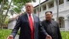 Tổng thống Hoa Kỳ Donald Trump và Lãnh tụ Triều Tiên Kim Jong Un gặp nhau tại Singapore, ngày 12/16/2018.