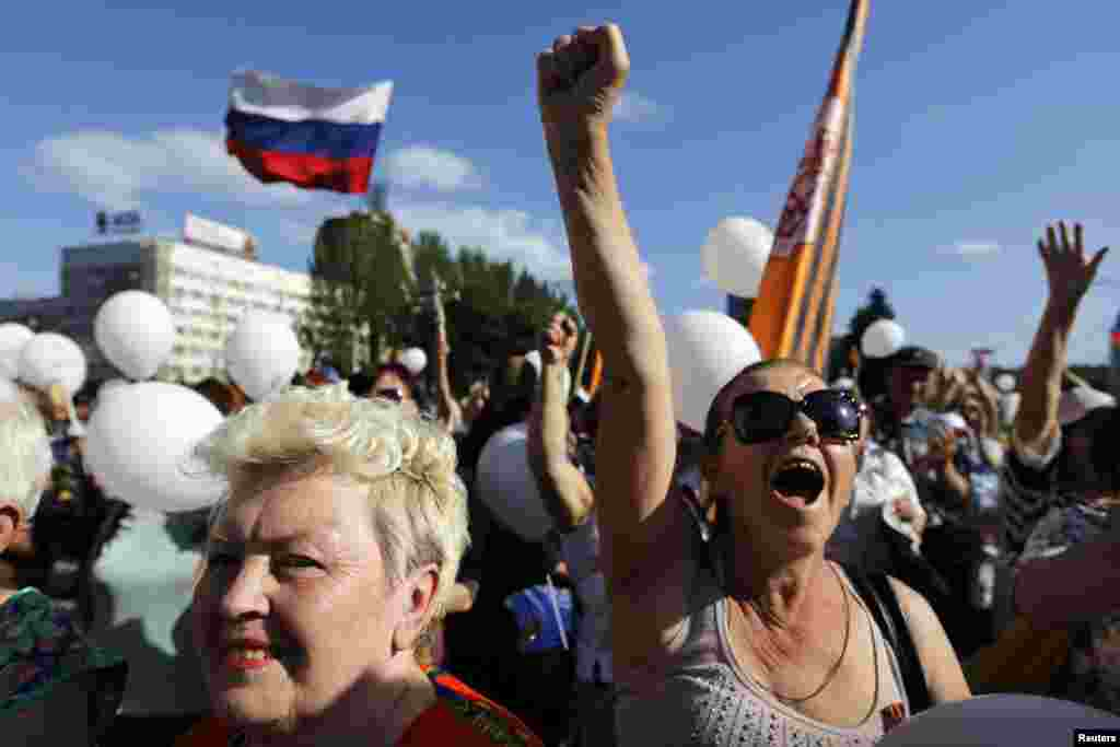 Pro-Russian women shout slogans during a demonstration against Sunday's Ukrainian elections in Donetsk's Lenin Square, Ukraine, May 24, 2014.