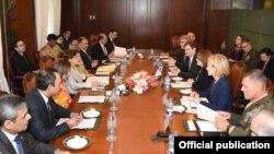 امریکايي دیپلوماتانو څو ځلي د پاکستاني نظامي او ملکي مشرانو سره لیدنې کړې دي