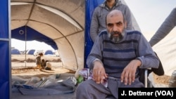 69岁的纳提克因为糖尿病而失去了一条腿,行动离不开轮椅。他的家人为了逃离战火,推着他走了三个小时。(美国之音德特默拍摄)