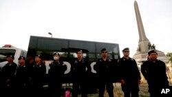 Para petugas kepolisian mengamankan sekitar Tugu Kemenangan di Bangkok, Thailand (1/6).