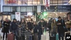 Para calon penumpang menunggu di stasiun kereta Gare Montparnasse pada hari ke-29 pemogokan transportasi di Paris, Kamis, 2 Januari 2020.