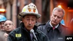 纽约市消防局长尼格罗(左)和市长白思豪(右)在布朗克斯公寓楼火灾现场附近的记者会上讲话。(2017年12月29日)