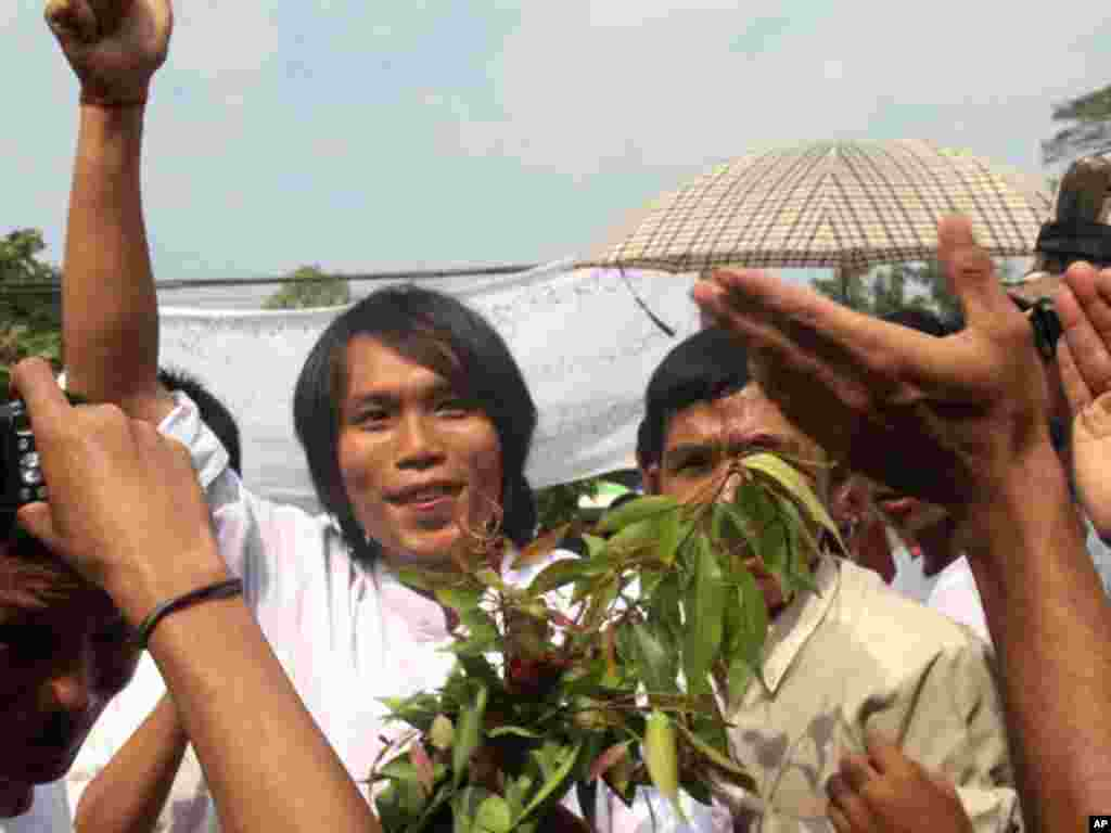 A Burmese political prisoner comes out of Insein prison. (AP)