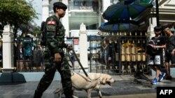 Seorang tentara Thailand melakukan penjagaan keamanan di kuil Erawan di Bangkok, Jumat (12/8).