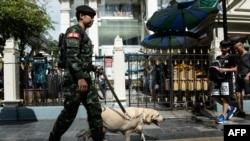 지난 8월 태국 방콕 경찰이 1년 전 발생한 폭탄테러 현장 주변을 수색하고 있다.