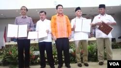 Ketua KPU Husni Kamil Manik (tengah) bersama pasangan Capres-Cawapres Jokowi dan Jusuf Kalla (kiri) dan Prabowo Subianto-Hatta Rajasa (foto: dok).