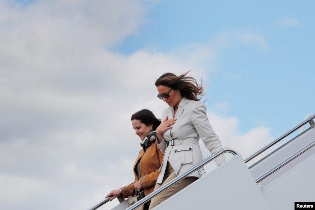 Karen Pence, la esposa del vicepresidente de EE.UU. Mike Pence, y Melania Trump, primera dama de la nación bajan del avión que las llevó a una visita a Fort Bragg, en Carolina del Norte, una de las bases militares más grandes del país. Abril 15 de 2019.