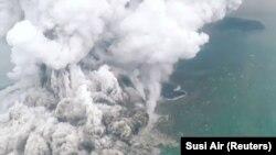 Moshi mkubwa unaotokana na mlipuko wa volkano nchini Indonesia, Disemba. 23, 2018.