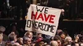 """Ủng hộ viên của Tổng thống Obama ăn mừng chiến thắng với khẩu hiệu """"Chúng tôi đã vượt qua"""" tại Chicago."""