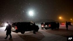 奥巴马总统的车队在雪中准备离开安德鲁斯空军基地跑道前往华盛顿。(2016年1月20日)