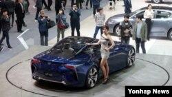 3일 경기도 고양시 킨텍스에서 열린 2015 서울 모터쇼에서 관람객들이 자동차와 레이싱걸을 촬영하고 있다.