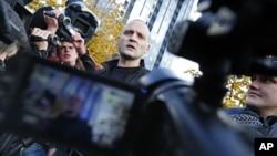 俄罗斯反对派领导人乌达左夫10月26日在被当局问话后向媒体发表讲话