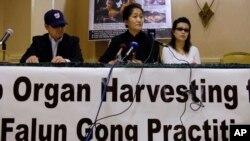 Praktisi Falun Gong mengadakan konferensi pers di Arlington, Virginia, mengenai panen organ. (Foto: Dok)