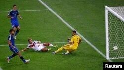 Mjerumani Mario Goetze akipachika goli pekee la ushindi kumpita kipa wa Argentina Sergio Romero wakati wa muda ziada katika uwanja wa Maracana, Rio de Janeiro, July 13, 2014.