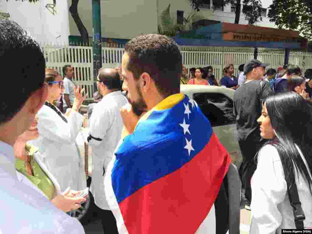 Médicos y personal de salud salen a protestar por las precarias condiciones en los hospitales en Venezuela.