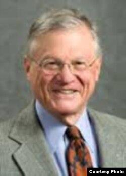 现已退休的加州伯克利分校法学院杰出讲师陆思礼(Stanley Lubman))