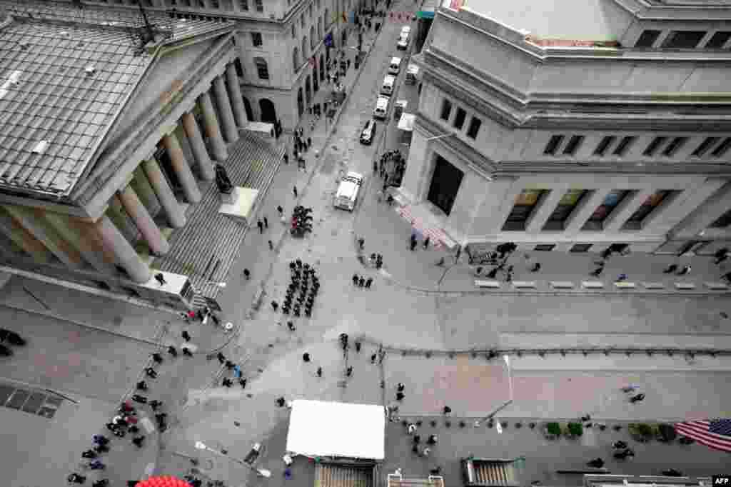 17 tháng 11: Cảnh sát tập họp tại góc đường Wall và Broad, trước mặt thị trường chứng khoán New York. (AP Photo/Richard Drew)