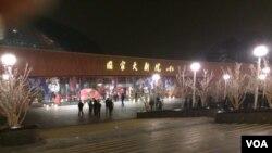 朝鲜牡丹峰乐团和功勋国家合唱团演出取消后,一些慕名而来的北京民众在剧场外徘徊。