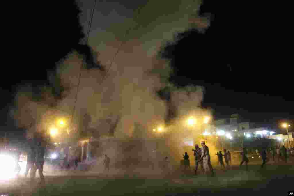 People run away after a blast outside a Shi'ite mosque, Karachi, Pakistan, November 21, 2012.