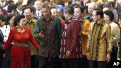 بارک اوباما همراه با رئیس جمهور اندونیزیا و صدراعظم جاپان