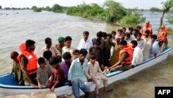Quân đội Pakistan giải cứu dân làng bị kẹt vì lũ lụt gần Hyderabad, ngày 17/8/2011
