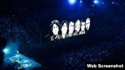 """U2 qrupu ekranlarda Azərbaycanda """"vicdan məhbusları""""nı nümayiş etdirib (Photo Simon Nicholsonundur)"""