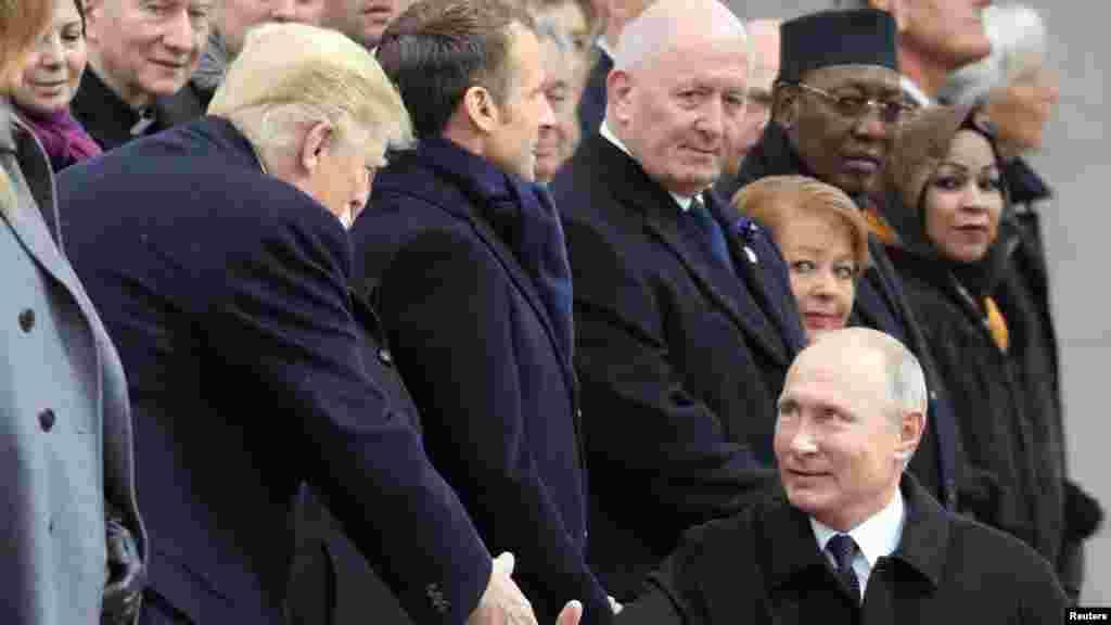 صدر ڈونلڈ ٹرمپ اور ان کے روسی ہم منصب پیوٹن مصافحہ کرتے ہوئے
